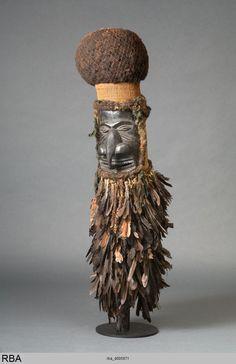 (776×1200)Maske Neukaledonien & Melanesien um 1900 MaskeAngewandte Kunst Holz Federn Menschenhaar, Menschenhaar Höhe: 140 cm Köln, Rautenstrauch-Joest-Museum
