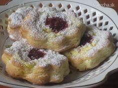 na tanieriku nás môžu čakať namiesto klasických okrúhlych tvarohových koláčikov aj  takéto maslové, tvarohové kvietky...