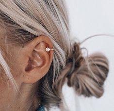 New piercing ear ring peircings ideas Piercings Bonitos, Innenohr Piercing, Cute Ear Piercings, Helix Piercing Jewelry, Nose Jewelry, Ear Piercings Helix, Double Helix Piercing, Helix Hoop, Cartilage Hoop