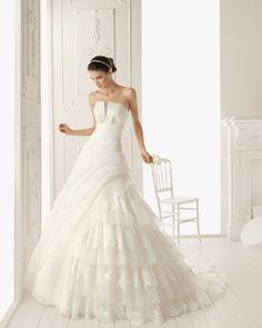 Princess Strapless Chapel Train Tulle Lace Appliques Wedding Dress