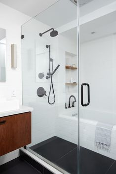 Minimalist bathroom with touches of black and wood