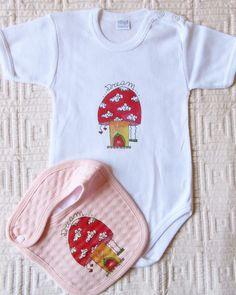 Chissà da chi sarà abitata questa casetta a forma di fungo??? Vi do un piccolo indizio: ha lunghe orecchie bianche e adora mangiare chili e chili di carote!!! #BabyBabyBonBon #etsyshop #babygirl #bavaglinibebè #body#bodybaby#handmade #mammecreative #instagram #instababy #creativity #instamamme #womoms #womoms_official #thewomoms#babyfashion #babyclothes#dream