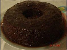 Receita de Bolo de chocolate sem ovos - bolo ainda quente. Repare que a calda jogada na massa ainda crua fica reservada no fundo da assadeira, fazendo assim uma cobertura após...