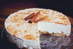 Mandle opečeme nasucho v pánvi. Sušenky rozdrtíme (v mixéru nebo v hmoždíři) spolu s většinou mandlí. Smícháme s máslem a rozprostřeme na dno dorto...