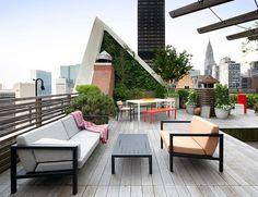 terrasse d'appartement moderne aménagée avec un mobilier contemporain et décorée de plantes vertes