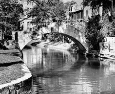 San Antonio, TX - Jan 1942 - One of the stone bridges over the San Antonio River. No hotels… San Antonio Riverwalk, Downtown San Antonio, Texas Photography, Vintage Photography, Texas History, River Walk, Texas Travel, Texas Hill Country, Life Pictures