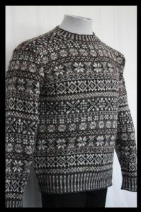 Beautful Fair Isle Sweater designed by Violet McQuade Requires Jamieson rsquo s Spindrift Balls ndash Colour A 3 4 5 Colour B 3 4 5 Colour Fair Isle Knitting Patterns, Fair Isle Pattern, Sweater Knitting Patterns, Knitting Books, Vintage Knitting, Lace Knitting, Pullover Design, Sweater Design, Mens Knit Sweater