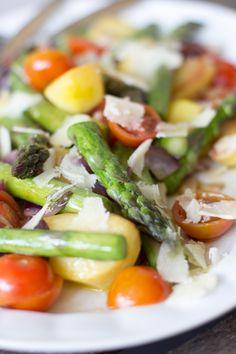 Gebratener grüner Spargel mit Kirschtomaten und Kartoffeln