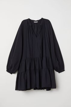 Oversized tunic in airy woven cotton fabric with a tie-front V-neck and stand-up collar. Dropped shoulders long sleeves and narrow cuffs with buttons. Flounces at hem. Muslim Fashion, Modest Fashion, Hijab Fashion, Fashion Dresses, Hijab Stile, Stylish Dresses For Girls, Hijab Outfit, Ideias Fashion, Casual Outfits