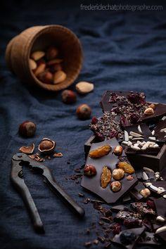 Frédéric LECHAT Photographe | studio publicitaire - illustration tablettes de chocolat à casser | #publicite #chocolat #noisettes #amandes #fruits #secs