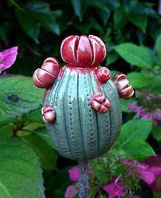 """Pflanzen- & Gartenstecker - Gartenschmuckstück """"KAKTUS mit BLÜTEN"""" grün-rot - ein Designerstück von Brigitte_Peglow bei DaWanda"""
