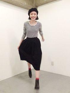 女性らしいふわっと広がるニットプリーツスカートに合わせるのはボーダーカットソーです。カジュアルなトップスを合わせますが、スカートのエレガントなシルエットが上品な大人コーデに仕上げてくれます。