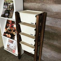 材料も道具も全て100均です。 元々屋外、園芸用のアイテムの為、塗装処理を施してあるので塗る手間なし。 玄関先やガーデン用に屋外置きにもできる優れものです。 シンプル簡単な引き出し収納棚の作り方。 Daiso, Shoe Rack, Magazine Rack, Diy And Crafts, Organization, Cabinet, Storage, Creative, Interior