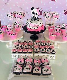 Fofura de festa no tema Panda! Credito: @fofuricesdaritoca #Festainfantil #FestaPanda #Panda #FestaMenina Panda Themed Party, Panda Party, Panda Birthday Cake, Bear Birthday, Bolo Panda, Panda Decorations, Panda Baby Showers, Panda Cakes, Pink Panda