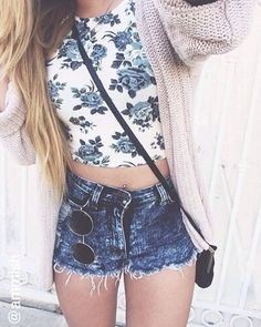 Love this outfit so much - white and blue flowery crop top, dark denim shorts, beige cardigan and round sunglasses.