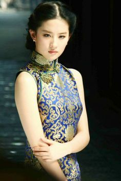 The Qipao or Cheongsam is an elegant and classic garment for Chinese women. With roots in century China, the Qipao has a high collar and a tightly fitting cut, with slits at either side of the skirt. Oriental Fashion, Asian Fashion, Asian Woman, Asian Girl, Collection Eid, Fashion Vestidos, Chinese Clothing, Chinese Actress, Beautiful Asian Women