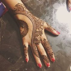 Check out the 60 simple and easy mehndi designs which will work for all occasions. These latest mehandi designs include the simple mehandi design as well as jewellery mehndi design. Getting an easy mehendi design works nicely for beginners. New Mehndi Designs 2018, Simple Arabic Mehndi Designs, Henna Art Designs, Modern Mehndi Designs, Bridal Henna Designs, Mehndi Designs For Fingers, Mehndi Design Pictures, Mehndi Simple, Beautiful Mehndi Design