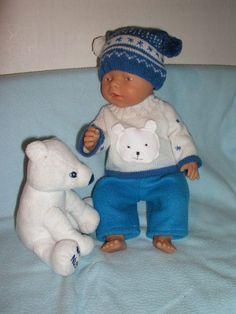 Oblečky na panenku - medvídkový komplet Komplet obsahuje tři kousky - pletený svetr s aplikací medvídka, pletená čepice s bambulkami a flísové kalhoty. Svetřík se rozepíná na zádech na zip, kalhoty jsou v pase na gumu pro snadnější oblékání. Aplikace medvídka je z bílého flísu vlastnoručně vyrobená. Komplet je vhodný pro panenku Baby Born (cca 43 cm). Upozornění: ...