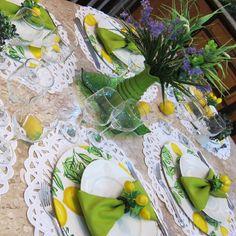 Limão siciliano,  minha paixão em tema de  mesa... sousplat estampa limão  #capaparasousplat  #guardanapo #portaguardanapo #trilhosdemesa #toalhasdemesa #arranjofloral  #jogoamericano #cestinhas  #capaparapuff #meseirasdefortaleza #marciamesabela #receberbem #mesabela #mesaposta #meseirasdobrasil  #mesahits #louças #loucaslindas #louçaslindas #aparelhoporcelana #aparelhojantar #porcelanalimao  #porcelana #mesaencantadora