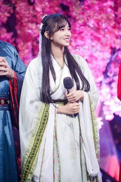 Yuehua Entertainment, Starship Entertainment, Xuan Yi, Dream High, Cheng Xiao, Chinese Clothing, Cosmic Girls, Hanfu, Traditional Dresses