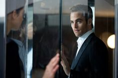 Chris Pine Behind the Scenes–Giorgio Armani shares a behind the scenes look at its latest fragrance campaign starring actor Chris Pine. Playing the attentive charmer for Armani Code's advertisement, the Star Trek actor adapts to many roles, including photographer. Embodying the modern man of Giorgio Armani, Pine is outfitted in slim tailored suiting for the...[ReadMore]