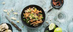 Helppo thai-broileriwokki syntyy kätevästi Apetit Tuoreksista ja nuudeleista. Punainen currytahna antaa wokkiin helposti makua. Säädä tulisuus makusi mukaan. Noin 4,60 €/annos* My Cookbook, Good Food, Curry, Ethnic Recipes, Gouda, Koti, Fondue, Curries, Healthy Food