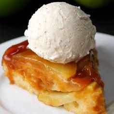 Upside-Down Apple Cake - Cake aux pommes, caramel et servi avec de la glace à la vanille. (Caramel Apple Upside-Down Cake) - Apple Cake Recipes, Baking Recipes, Dessert Recipes, Apple Pie Cupcakes, Apple Cakes, Food Cakes, Upside Down Apple Cake, Upside Down Cakes, Delicious Desserts