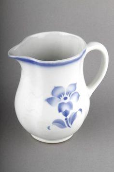 Forssan museo 6955:59. Arabian IO-mallin kannu Nina-nimisellä sinisellä kukkakuvioinnilla. IO-mallia valmistettiin vuosina 1929-1954.