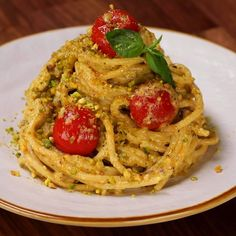 Spaghetti with ricotta and pistachio cream Cucumber Recipes, Salmon Recipes, Pasta Recipes, Chicken Recipes, Cooking Recipes, Vegetarian Cooking, Vegetarian Recipes, Tasty Videos, Food Videos