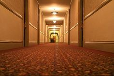 """STANLEY HOTEL - STATI UNITI In Colorado, nel parco delle Montagne Rocciose, questo hotel del 1906 in stile georgiano fu il rifugio di Stephen King, che nella stanza n. 217 scrisse l'inizio del suo romanzo """"Shining"""", ambientato proprio in un hotel. Alcuni componenti dello staff delle cucine dicono di aver sentito musica venire dalla sala da ballo attigua, ma pare che i fantasmi si raccolgano soprattutto al quarto piano."""