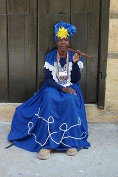 Esta cubana dice que no necesita ayuda para fumarse su puro