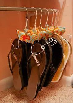Une super astuce de rangement est d'utiliser des cintres en fil de fer pour ranger vos tongs.