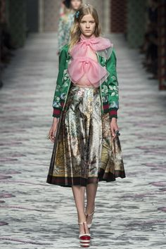Explore the looks, models, and beauty from the Gucci Spring/Summer 2016 Ready-To-Wear show in Lake Como on 23 September with show report by Jessica Bumpus Gucci Fashion, Look Fashion, Runway Fashion, Spring Fashion, High Fashion, Fashion Show, Fashion Design, Milan Fashion, Style Haute Couture
