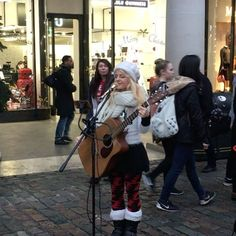 Full song uploaded next week on You Tube @ Gigs In The Streets 🎤 link in bio 🎤 #mariahcarey #alliwantforchristmasisyou #cover #busking #acoustic #guitar #xmassongs #xmas #xmastree #musicvideo #winterwonderland #london #coventgarden #happyholiday