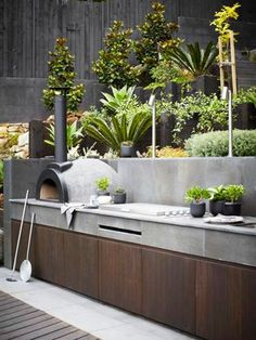 Outdoor kitchen with pizza oven. Backyard outdoor kitchen with Pizza Oven and Bu… Modern Outdoor Kitchen, Outdoor Kitchen Bars, Outdoor Living, Outdoor Decor, Outdoor Kitchens, Backyard Kitchen, Backyard Patio, Backyard Landscaping, Tv Wand Design