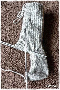 Lær å strikke sokker Crochet Shoes, Knit Crochet, Handmade Crafts, Diy And Crafts, Knitting Patterns, Crochet Patterns, Big Knits, How To Purl Knit, Drops Design