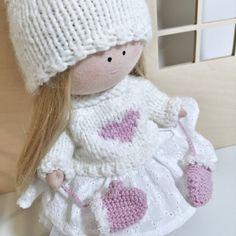 W butiku pojawił się nowy zestaw ubrań dla lalki. Biały sweter z wyhaftowanym sercem, do tego czapka z pomponem i różowe rękawiczki. Fabric Dolls, Etsy Handmade, Little Girls, Kids Room, Great Gifts, Crochet Hats, Vintage, Fashion, Knitting Hats