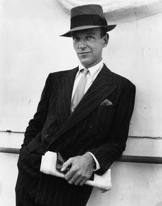"""Fred Astaire  L'accessoire majeur des années 1930 était incontestablement le mouchoir. Il était en soie et le portait dans la veste de son costume. Malgré la crise, cela restait un moyen d'égayer sa tenue. Les gants en cuir ainsi que le parapluie faisaient également partie de la panoplie de l'homme distingué. Dans ces années, les lunettes de soleil étaient considérées comme un moyen de cacher son identité. Ainsi, on les appelait communément """"cheaters"""" (tricheuses)."""