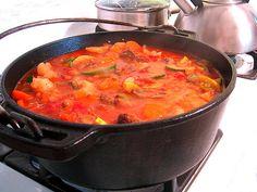 SE TAMATIE BREDIE 2 uie, gekap bees of skaapskenkel 1 kg wortels, gesny 1 blik tamaties tamatiepuree 1 koppie b.CONRAD SE TAMATIE BREDIE 2 uie, gekap bees of skaapskenkel 1 kg wortels, gesny 1 blik tamaties tamatiepuree 1 koppie b. South African Recipes, Ethnic Recipes, Biltong, Nigerian Food, Exotic Food, Soul Food, Cooking Recipes, Yummy Food, Dishes