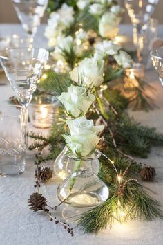 Til den store julehøytiden er det hyggelig å invitere venner og familie på julebord. Vi ønsker å skape en hyggelig og lun atmosfære. Vi gir deg tipsene. Rustic Christmas, Simple Christmas, White Christmas, Christmas Tablescapes, Christmas Table Decorations, Christmas Morning, Christmas 2019, Farmhouse Table Decor, Diy Weihnachten