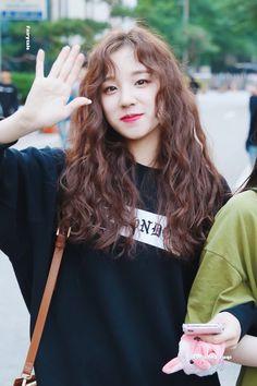 yuqi – Ecosia – kpop is lifeu - Perm Hair Styles Curly Asian Hair, Wavy Hair, New Hair, Curly Hair Styles, Asian Perm, Korean Perm, Hair Inspo, Hair Inspiration, Mini E