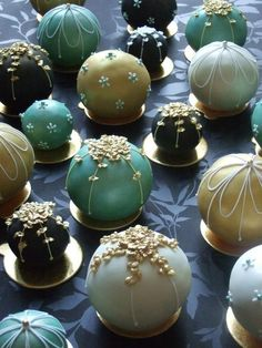 What a great idea for Christmas, little cakes that look like ornaments #christmascupcakes