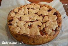 Idéer til kager kommer flyvende helt af sig selv :-) og det gjorde denne i går, så det bliver vores fredagskage i dag :-) Lækker kage med æbler og kanel og makronmasse på toppen. Serveres der karam…