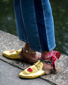 The Classy Issue Yoko Ono, Milan Fashion Week Street Style, Summer Denim, Socks And Heels, Shoe Gallery, Scarf Hairstyles, Blouse Vintage, Aesthetic Clothes, Mules Shoes