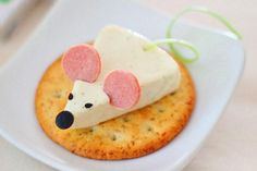 Comida para niños original (Creative food for children) I'm an adult and I like this. Forget the kids! Cute Snacks, Cute Food, Good Food, Yummy Food, Food Art For Kids, Food Decoration, Food Crafts, Food Humor, Appetizers For Party