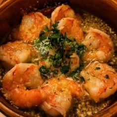 소개팅은 식당의 분위기가 좌지우지한다고 믿는 사람들이 있다. 그들에게 그냥 지나칠 수 없는 스페인 음식점을 소개한다. 생소한 요리, 화려한 음식, 은은한 조명, 열정적인 샹그리아를 갖춘 스페인 클럽! 지글지글 끓는 뜨거운 올리브유에 올라간 통통한 새우와 마늘이 조화된 감바스가 독보적이다. 여기에 샹그리아를 곁들여 시간을 보낸다면, 그 자리는 단언컨대 성공적이 될 것이다. 단, 그다음은 본인의 몫이다. 가로수길 본점, 강남구 신사동 524-30에 위치. 스페인식 새우요리 감바스 13,900원, 스페인식 삼겹살찜 에스토파토 판체타 18,500원, 빠에야 해산물&닭고기 믹스 31,000원. 샹그리아 1잔당 9천 원. #스페인클럽 #가로수길 #가로수길맛집 #세로수길 #세로수길맛집 #감바스 #빠에야 #새우요리 #먹스타그램 #맛스타그램 #요리 #먹방 #letcipe #렛시피