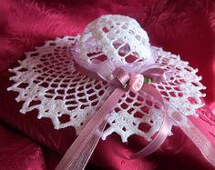 Cappellino all'uncinetto con rosa e nastro lilla di Piccoli Capricci di Mara su DaWanda.com