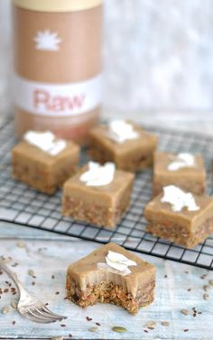 Think delicious and flavorful carrot cake infused with cinnamon and vanilla spice. Then add to that creamy cashew-based icing and you´ll get a wonderfully addi