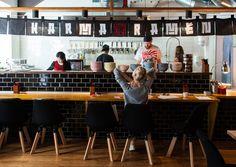 Karma Ramen am Naschmarkt Open Kitchen Restaurant, Small Restaurant Design, Restaurant Counter, Restaurant Plan, Restaurant Concept, Japanese Ramen Restaurant, Noodle Restaurant, Ramen Bar, Ramen Shop