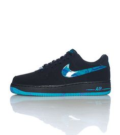 NIKE Low top men's sneaker Lace up closure Padded tongue with NIKE logo Cushioned sole for comfort